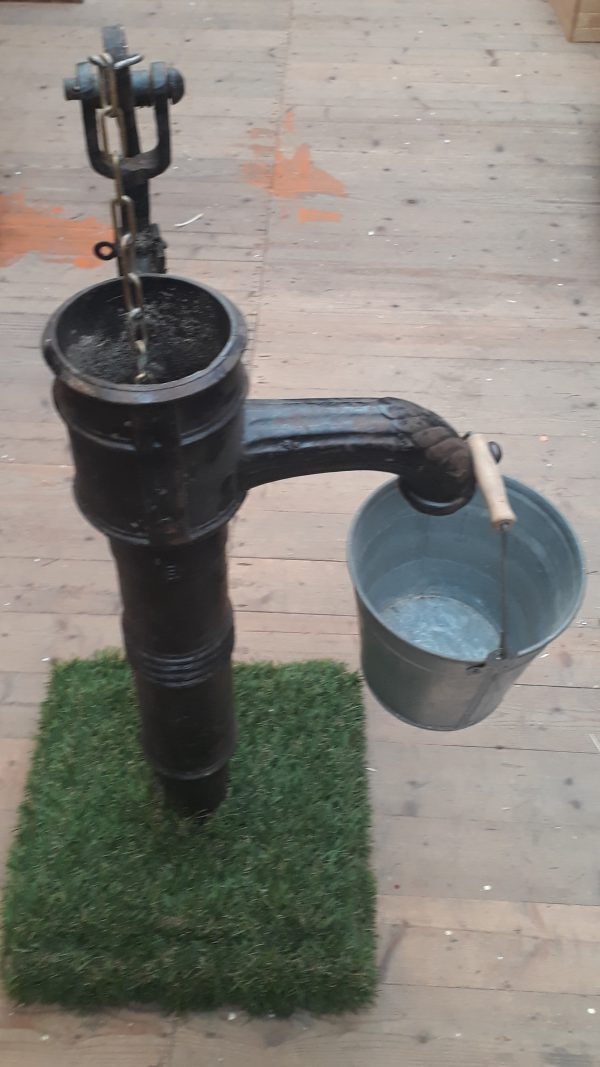 Waterpomp op sokkel